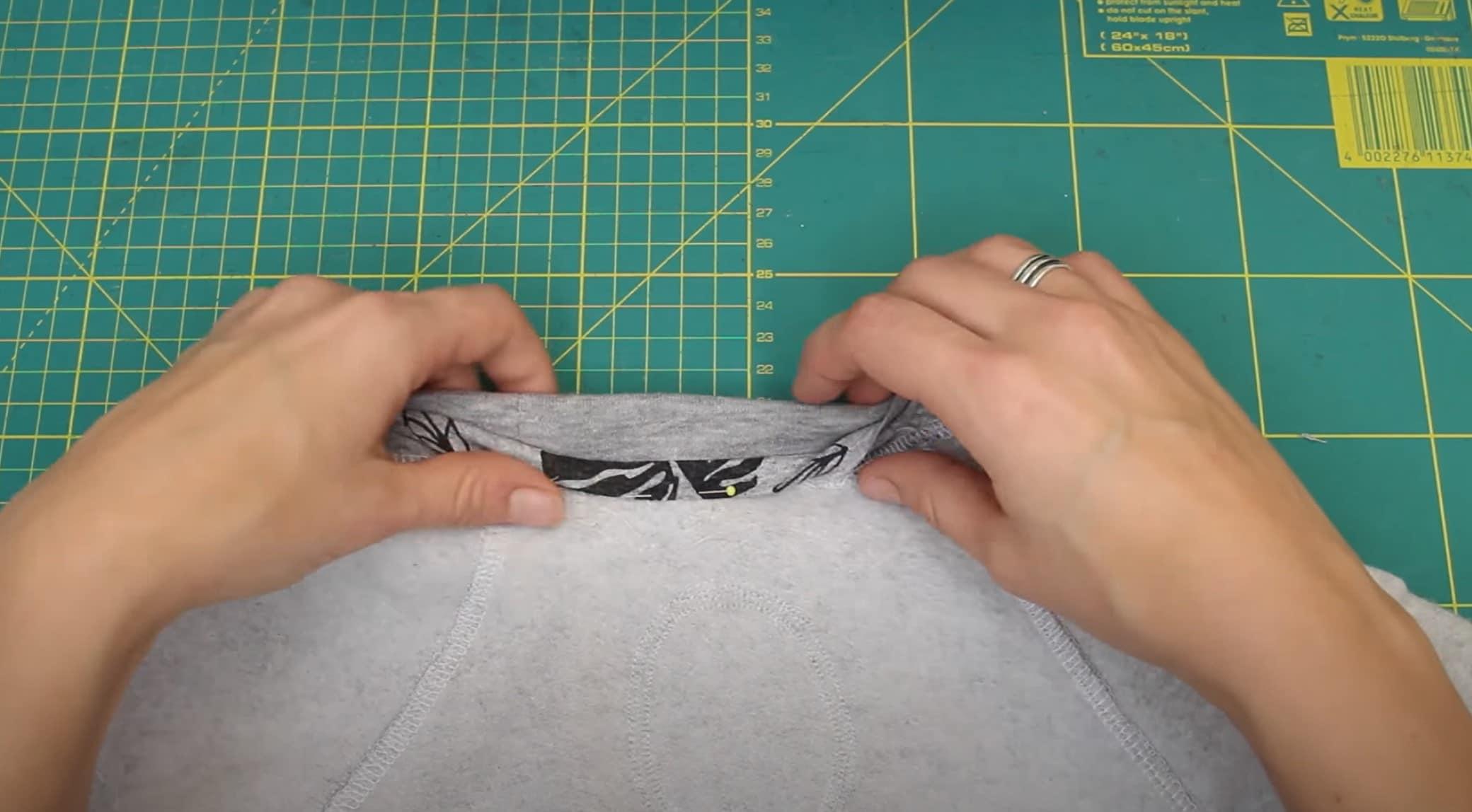 Jerseystreifen an die Nackennaht anbringen | einfach nähen mit einfach nähen lernen